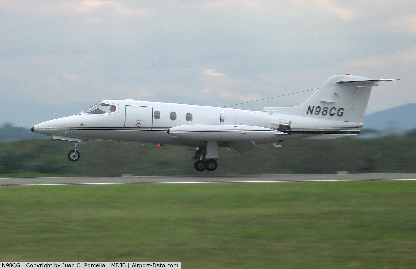N98CG, 1976 Learjet 24D C/N 289, Taking off