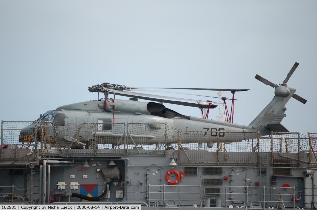162981, Sikorsky SH-60B Seahawk C/N 70-0467, Sikorsky SH-60B Seahawk (S-70B-1) on ship accompanying the aircraft carrier Kitty Hawk, Fremantle/Australia