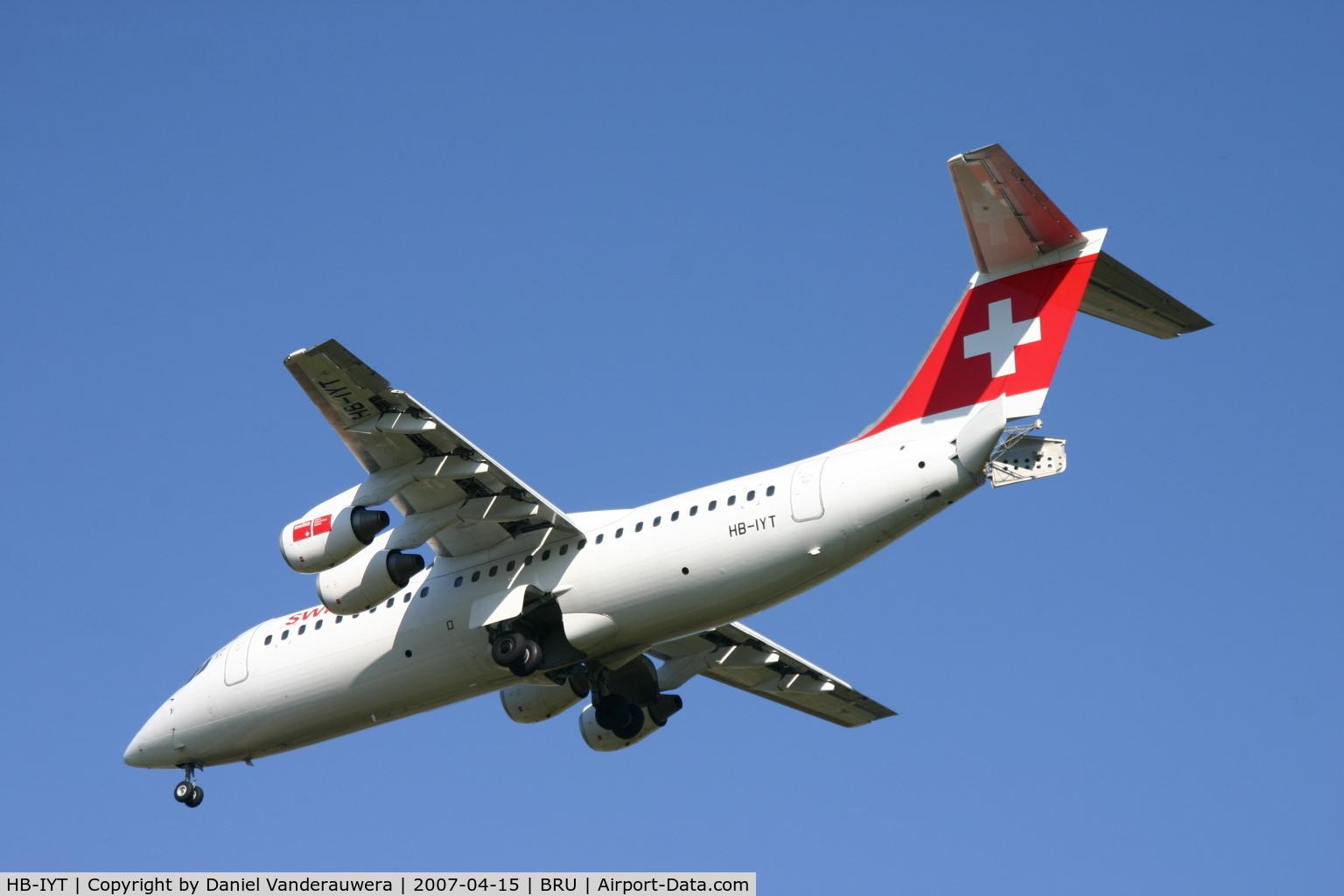 HB-IYT, 2000 British Aerospace Avro 146-RJ100 C/N E3380, descending to rwy 25R