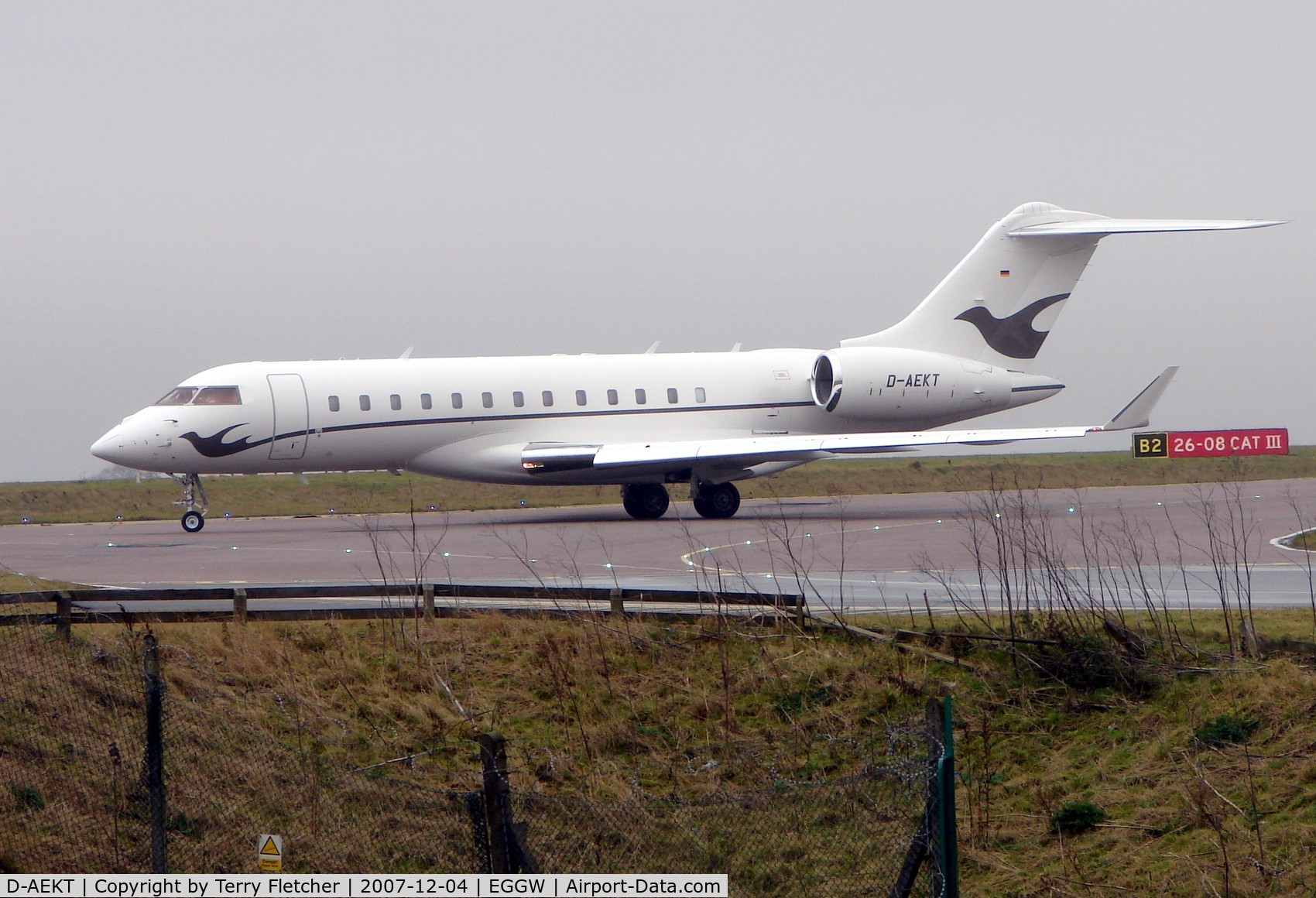 D-AEKT, 2006 Bombardier BD-700-1A10 Global Express C/N 9213, This Global Express arrives Luton using Callsign 'Twinstar'