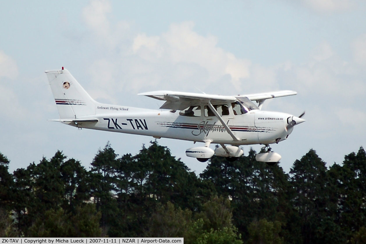 ZK-TAV, Cessna 172R Skyhawk C/N 17280654, On short finals