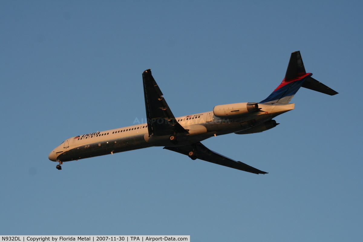 N932DL, 1989 McDonnell Douglas MD-88 C/N 49719, Delta