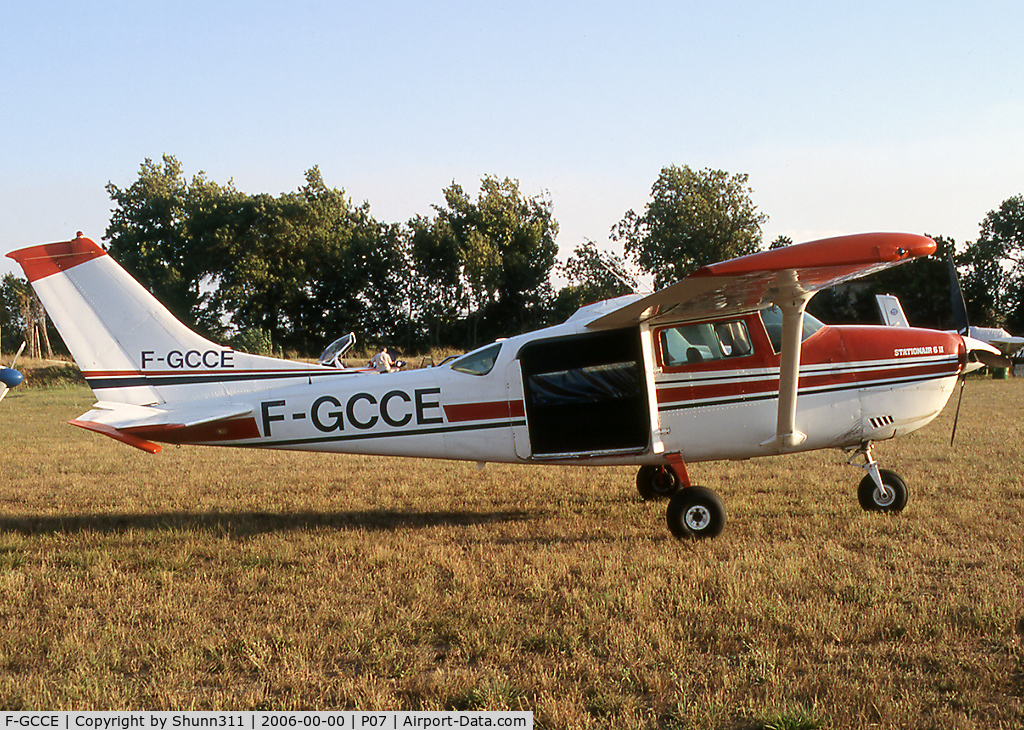 F-GCCE, Cessna U206G Stationair C/N U20604818, Parked in this grass airfield...
