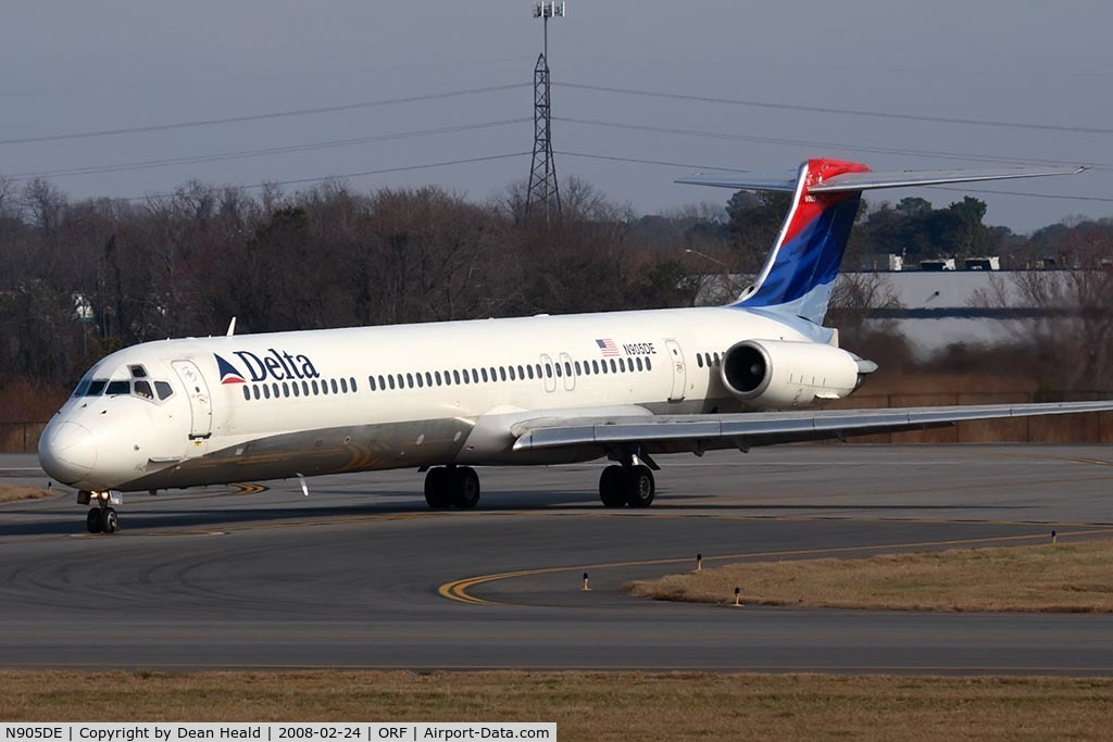 N905DE, 1992 McDonnell Douglas MD-88 C/N 53410, Delta Airlines N905DE (FLT DAL1045) from Hartsfield-Jackson Atlanta Int'l (KATL) exitting RWY 5 at Taxiway Echo after landing.