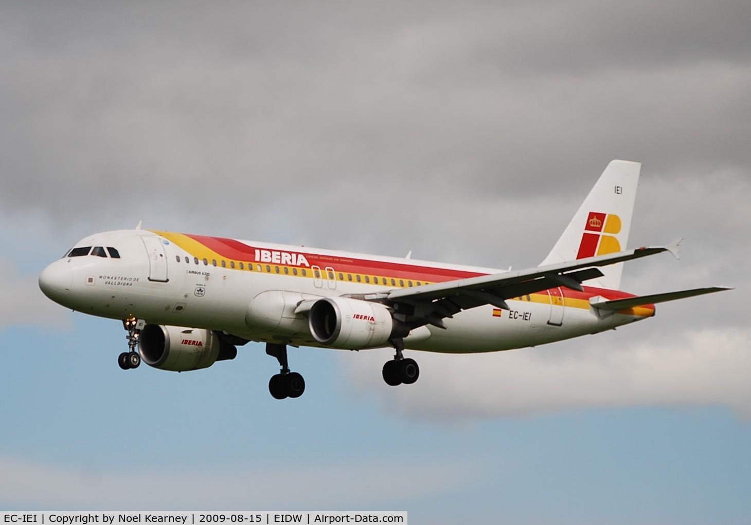 EC-IEI, 2001 Airbus A320-214 C/N 1694, Landing Rwy 28