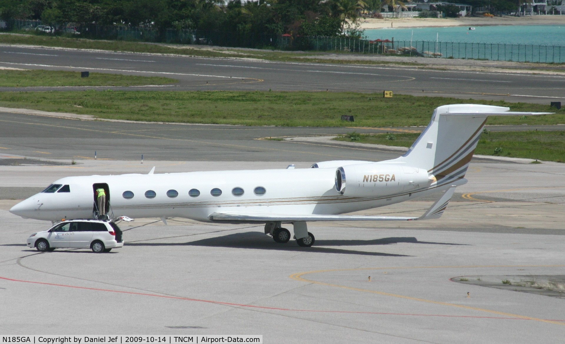 N185GA, 2008 Gulfstream Aerospace GV-SP (G550) C/N 5185, As you see they are being handle by ground handlers