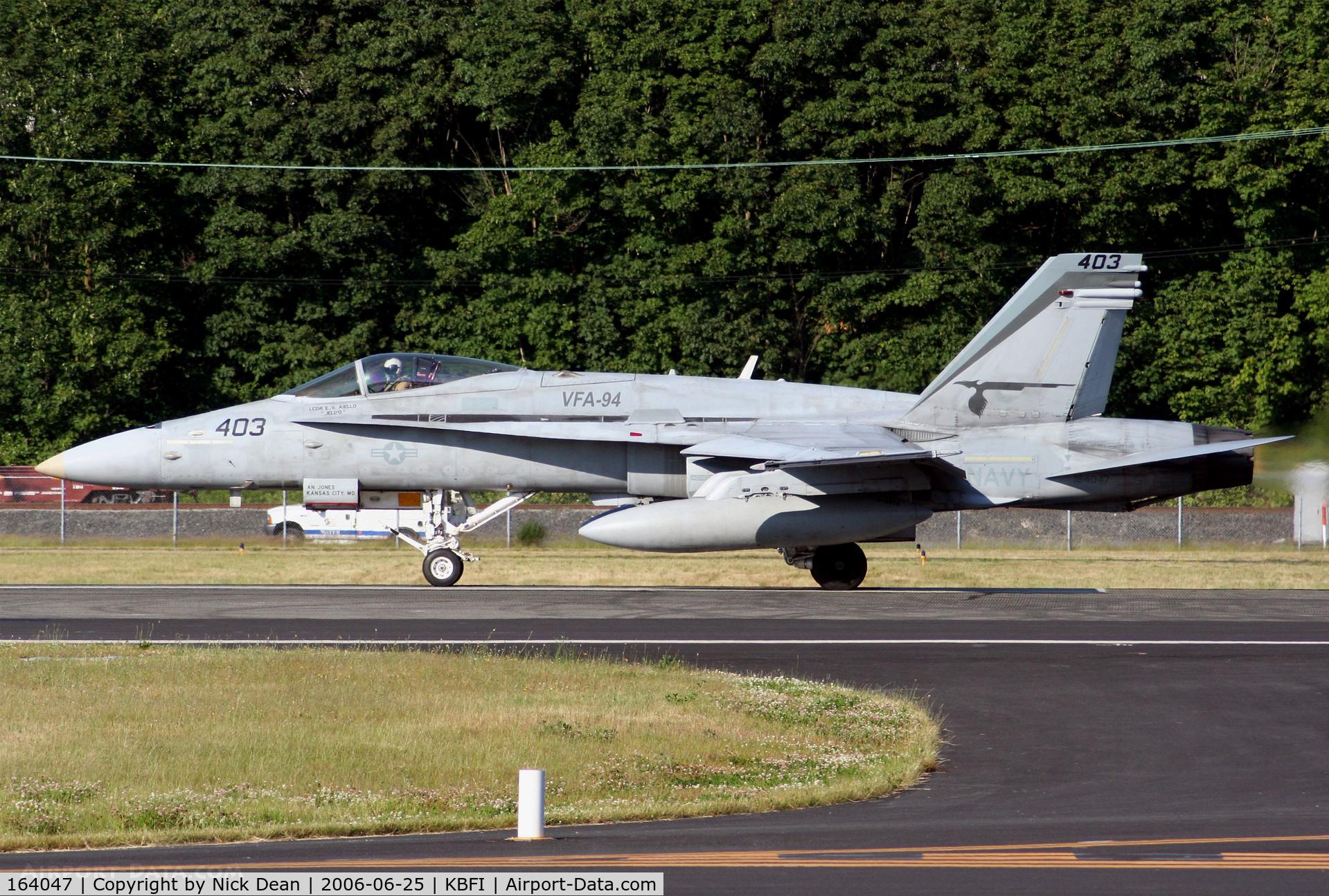 164047, 1990 McDonnell Douglas F/A-18C Hornet C/N 0935, KBFI departing as