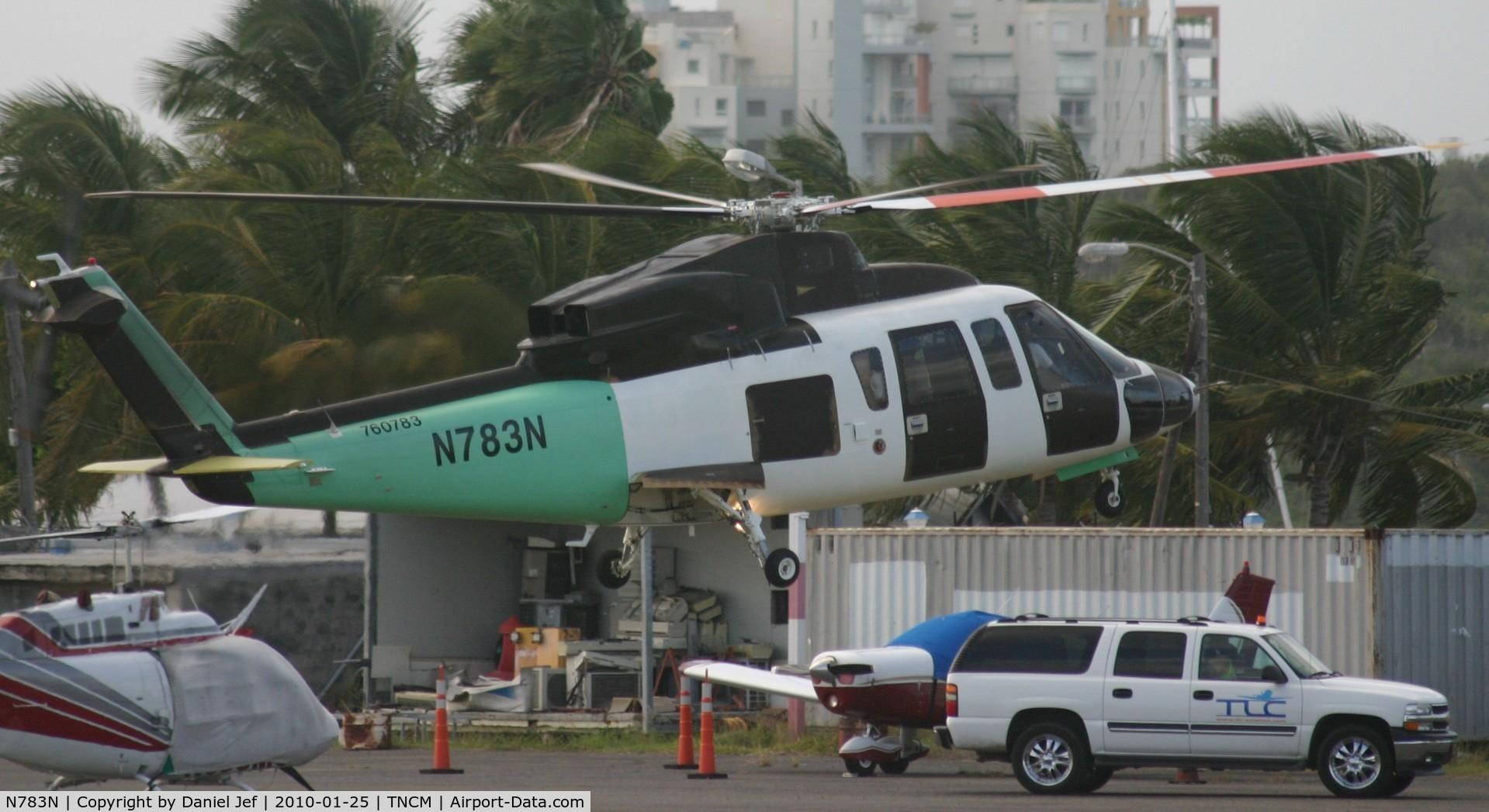 N783N, Sikorsky S-76C C/N 760783, N783N landing at the landing pad with there handlers in sight