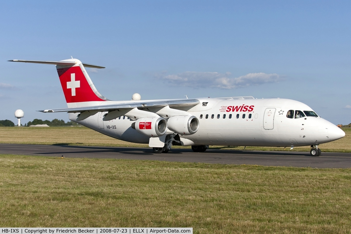 HB-IXS, 1995 British Aerospace Avro 146-RJ100 C/N E3280, taxying to the active