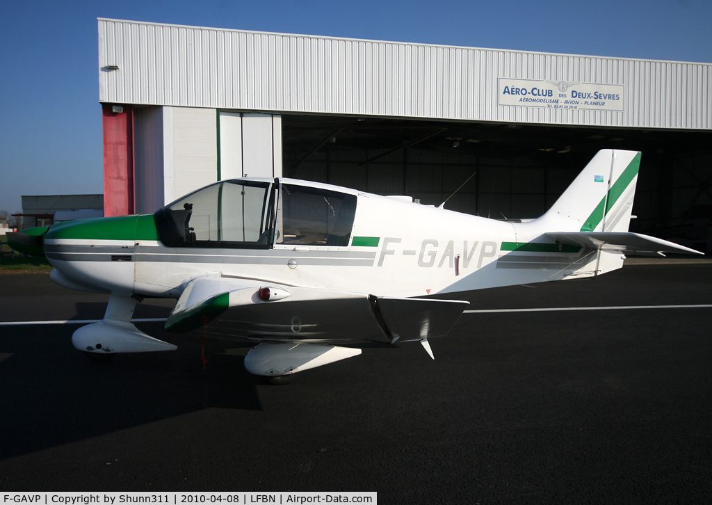 F-GAVP, Robin DR 400 2+2 C/N 1275, Waiting a new light flight...