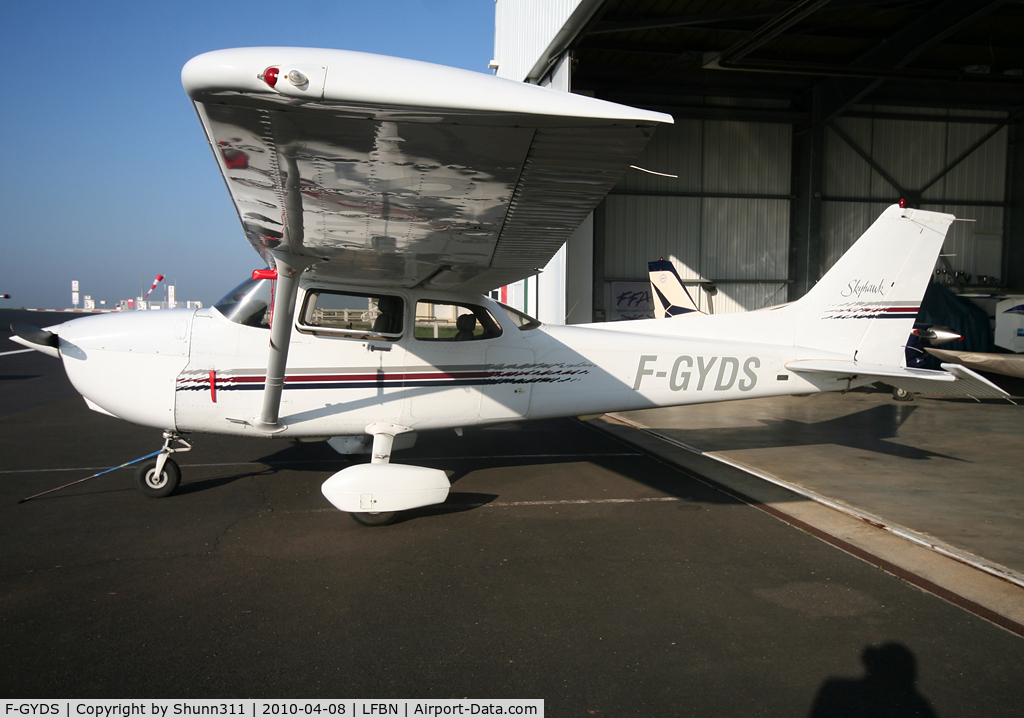 F-GYDS, Cessna 172R Skyhawk C/N 396072, Parked in front the Airclub...
