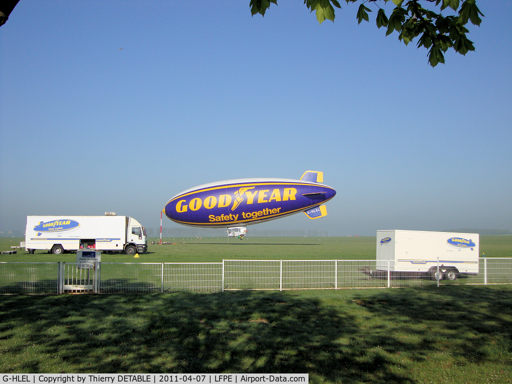 G-HLEL, 1995 American Blimp Corp A-60+ C/N 10, 1er day since 2001 last operation GOODYEAR in Europe. Reporter Jean-luc Lomexicano for Blimp N2A