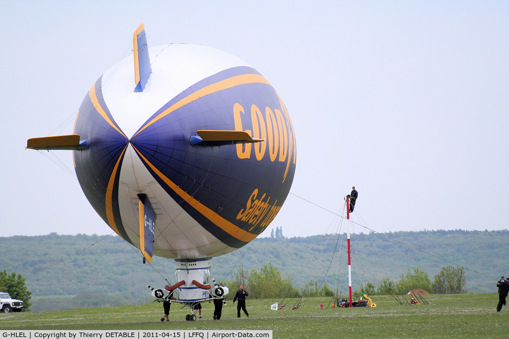 G-HLEL, 1995 American Blimp Corp A-60+ C/N 10, The team brings the airship to its mast