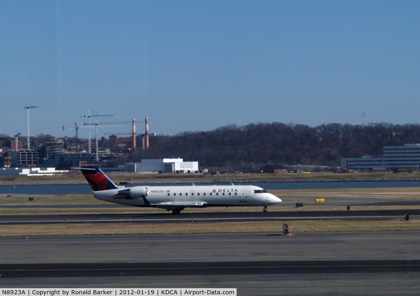 N8923A, 2004 Canadair CRJ-440 (CL-600-2B19) Regional Jet C/N 7923, Landing DCA