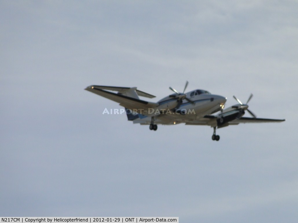 N217CM, 1980 Beech 200 C/N BB-621, On final for runway 26L, photo taken on Carnegie Ave, while stopped at Santa Ana St