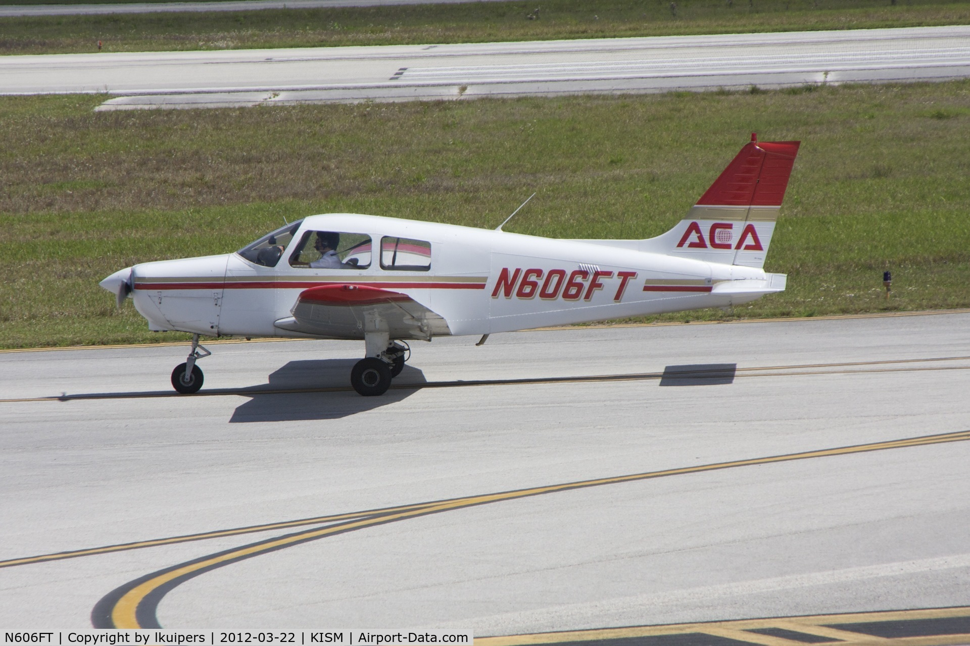 N606FT, 1989 Piper PA-28-161 C/N 2841199, Taxiing to RW15 at Kissimmee Airport