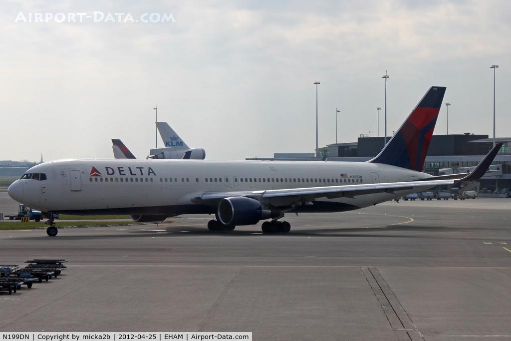 N199DN, 1998 Boeing 767-332/ER C/N 28456, Taxiing