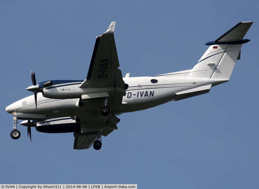 D-IVAN, 1999 Raytheon B200 King Air C/N BB-1662, Landing rwy 16
