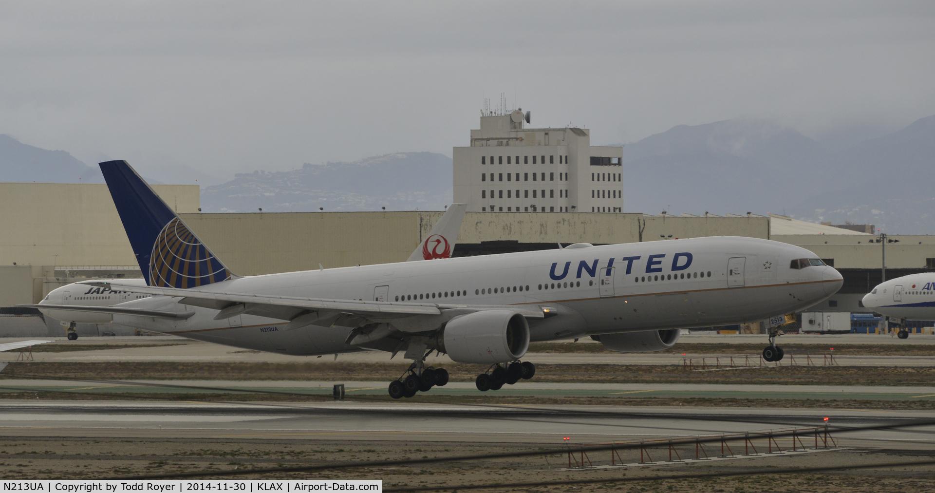 N213UA, 2000 Boeing 777-222 C/N 30219, Landing at LAX on 7R