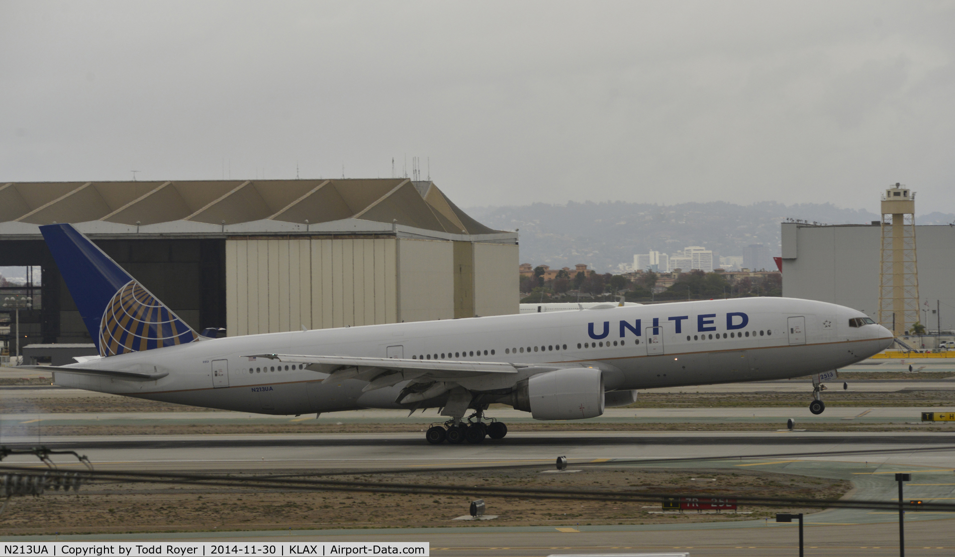 N213UA, 2000 Boeing 777-222 C/N 30219, Landing at LAX on 7R