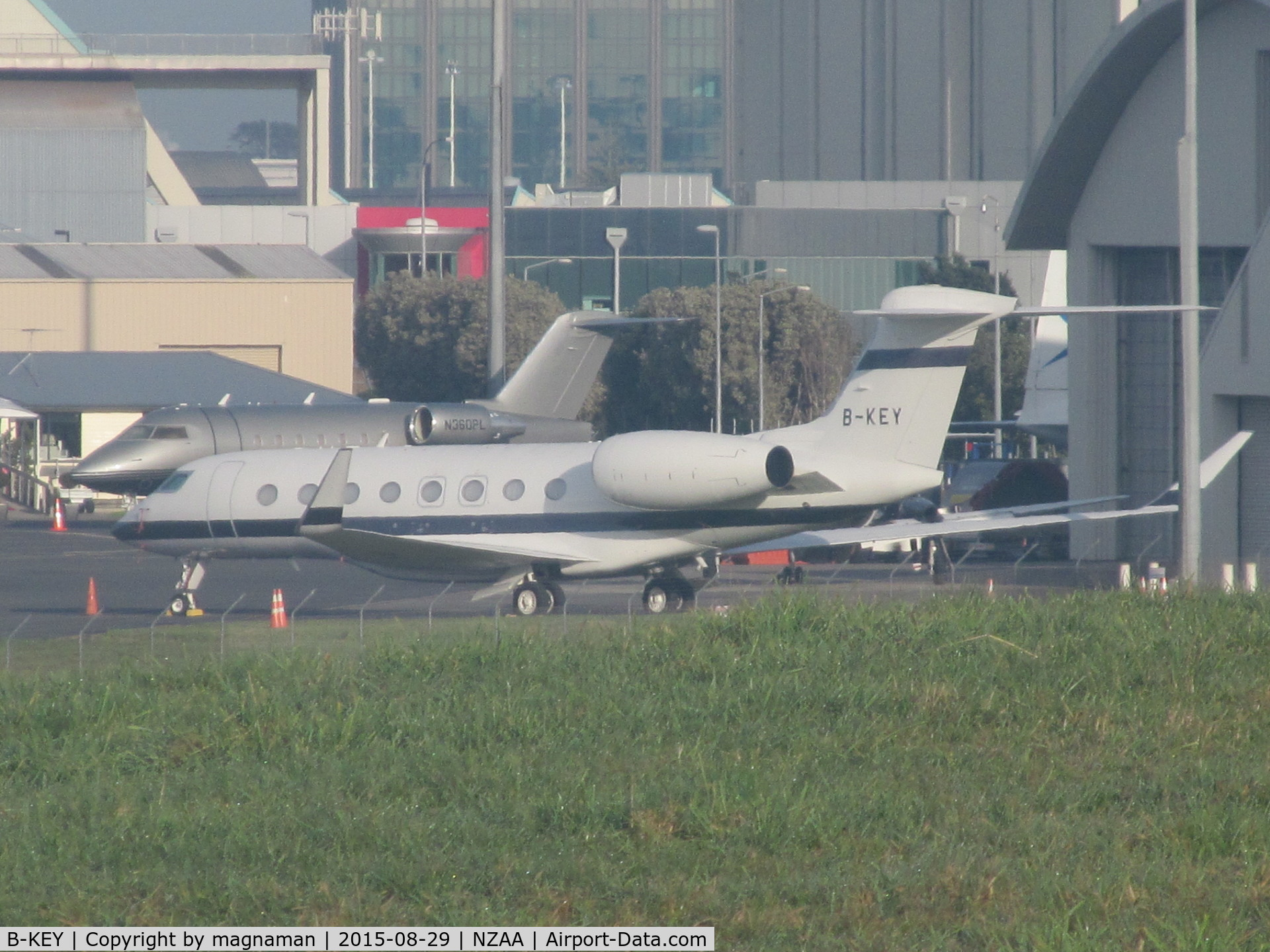 B-KEY, 2014 Gulfstream Aerospace G650 C/N 6098, long shot onto convair apron from public viewing area off puhinui road