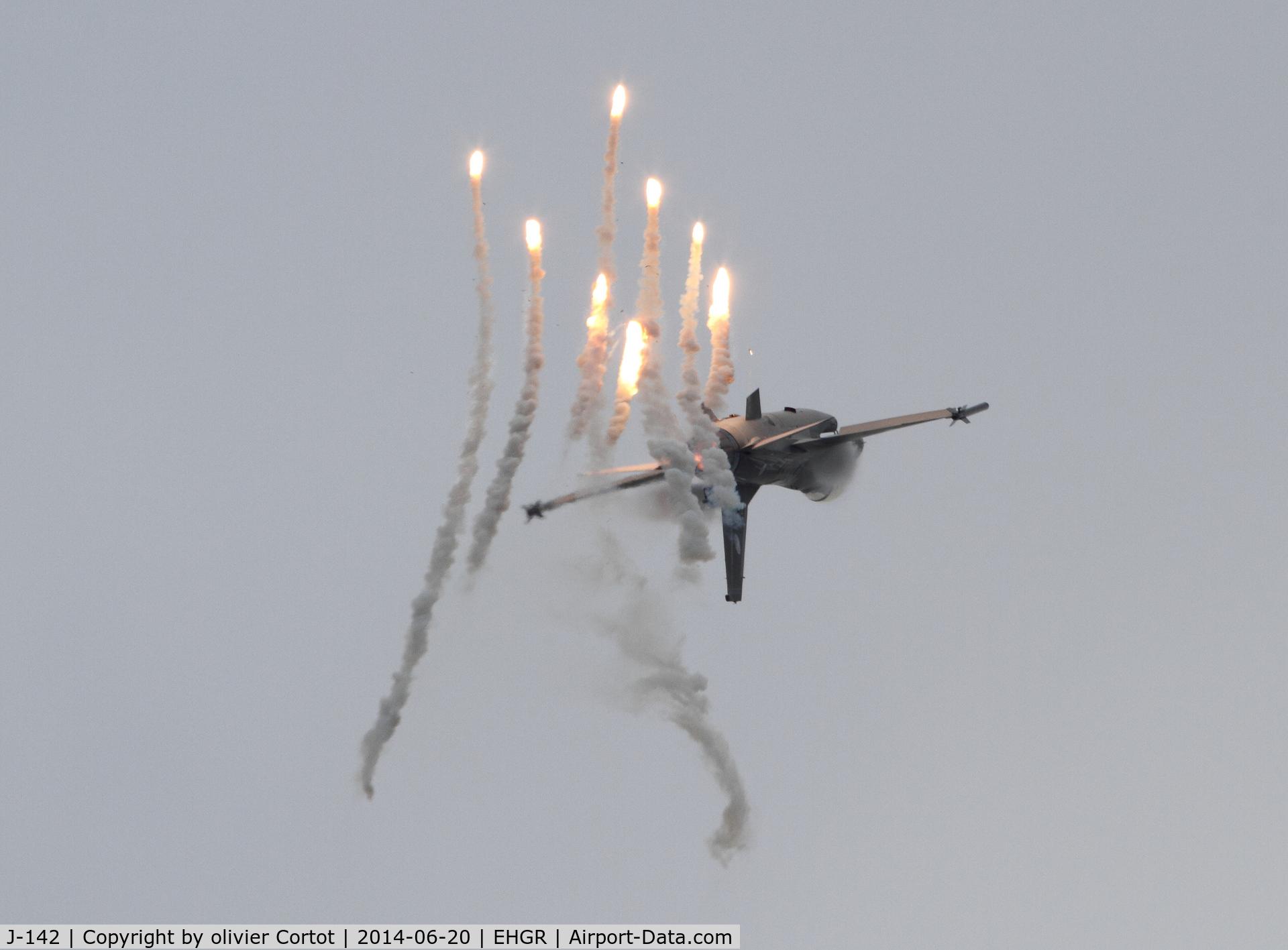 J-142, General Dynamics F-16AM Fighting Falcon C/N 6D-132, airshow 2014
