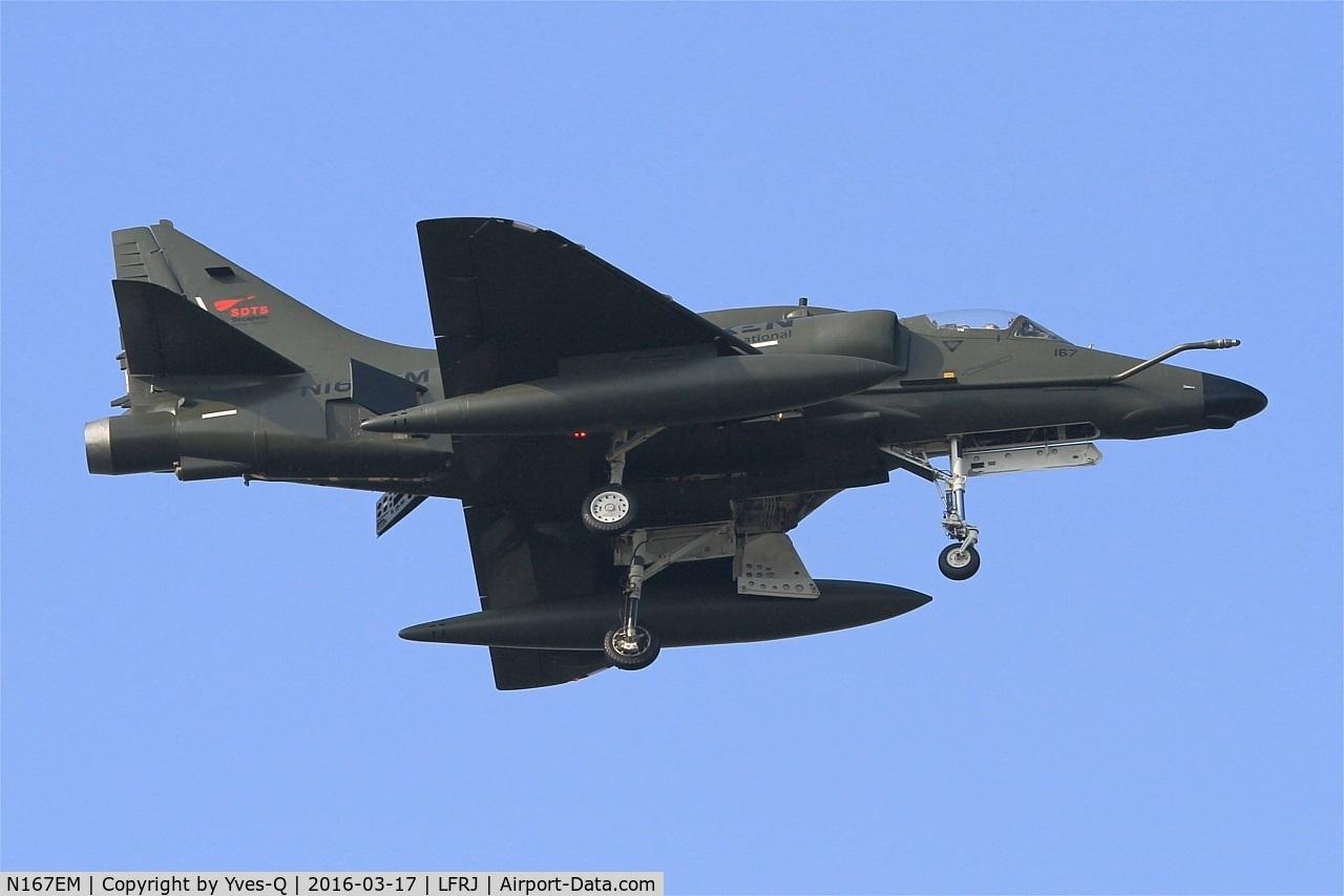 N167EM, Douglas A-4N Skyhawk C/N 14450, Draken International Inc. Douglas A-4N Skyhawk, Short approach rwy 08, Landivisiau Naval Air Base (LFRJ)