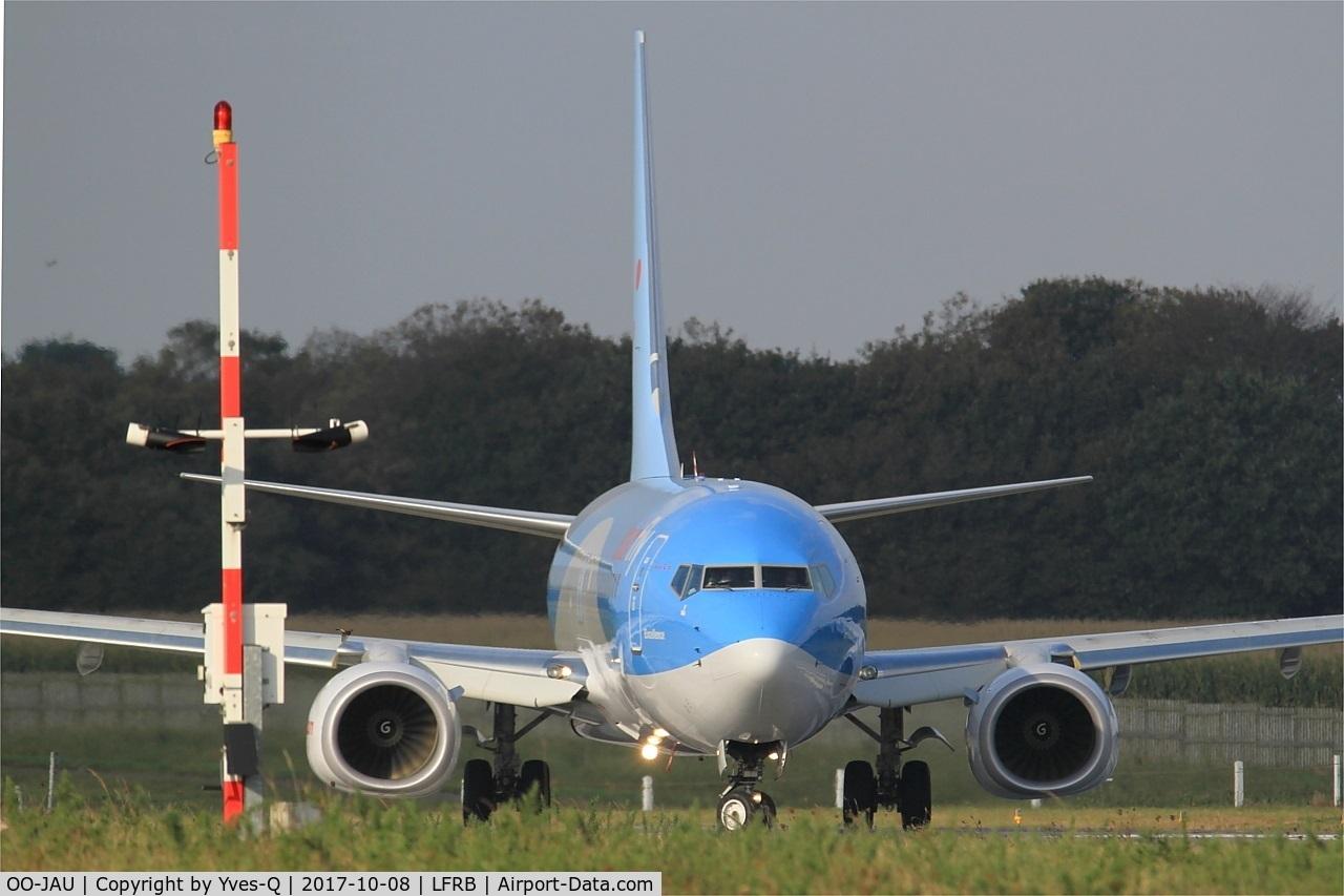 OO-JAU, 2013 Boeing 737-8K5 C/N 37250, Boeing 737-8K, Lining up rwy 07R, Brest-Bretagne airport (LFRB-BES)