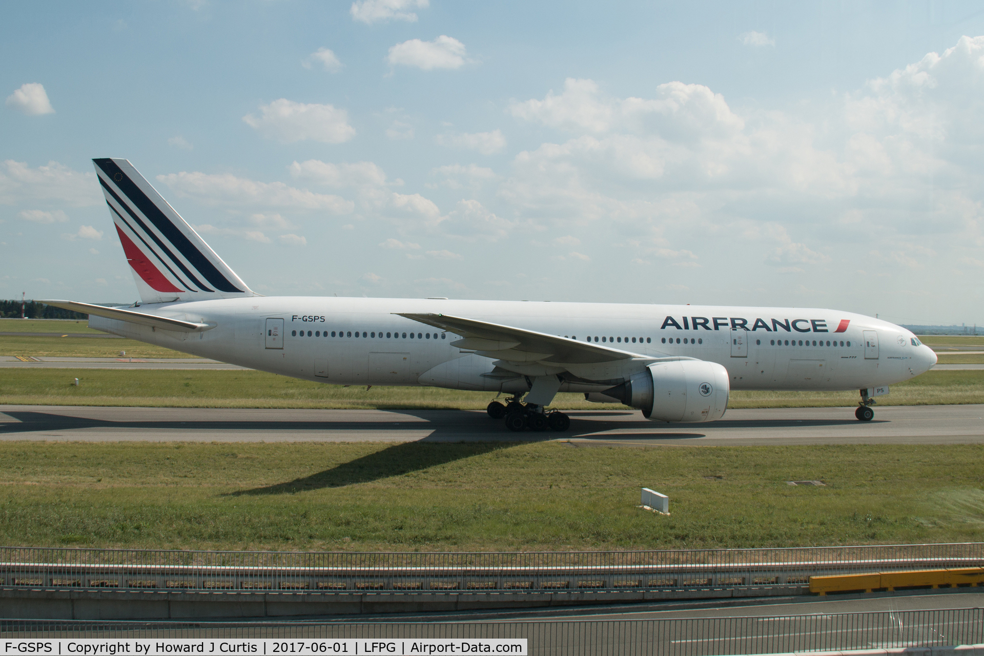 F-GSPS, 2001 Boeing 777-228/ER C/N 32306, Taxiing for departure