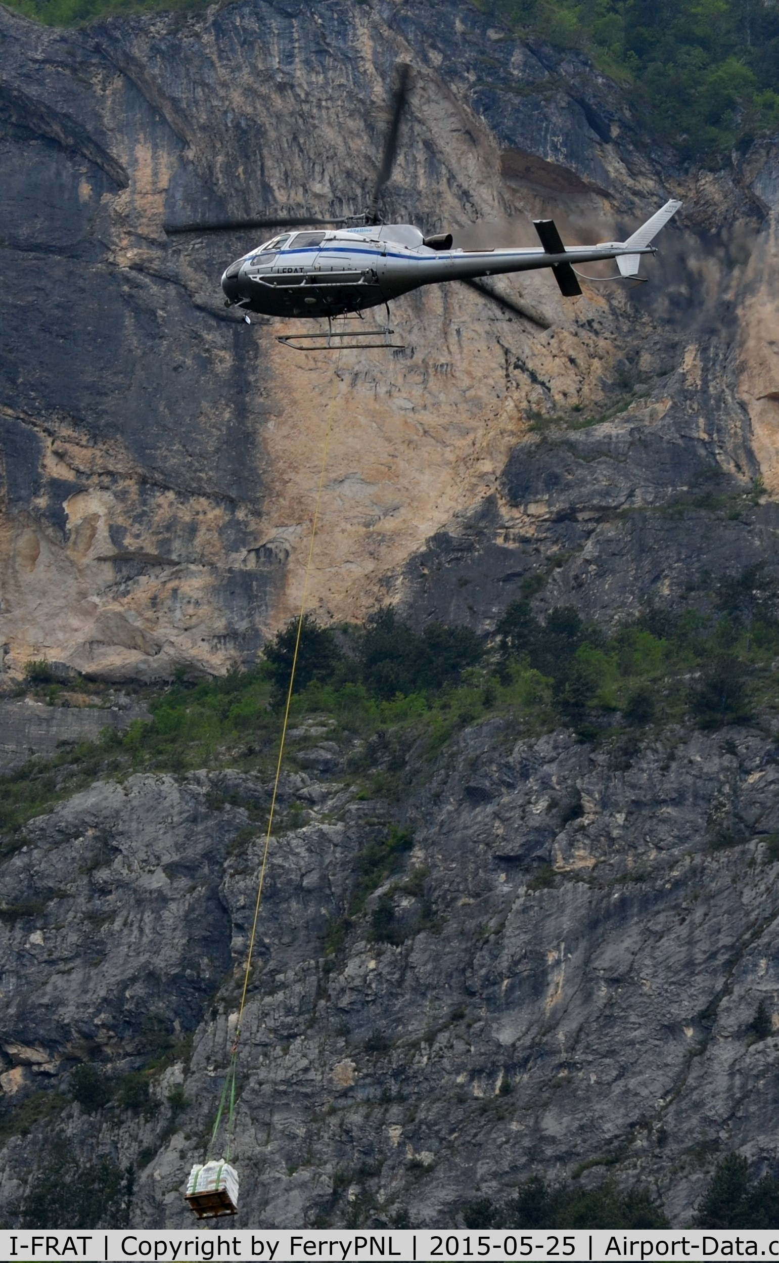 I-FRAT, Eurocopter AS-350B-3 Ecureuil C/N 4720, Elitellina AS350 with its load close to the mountain.