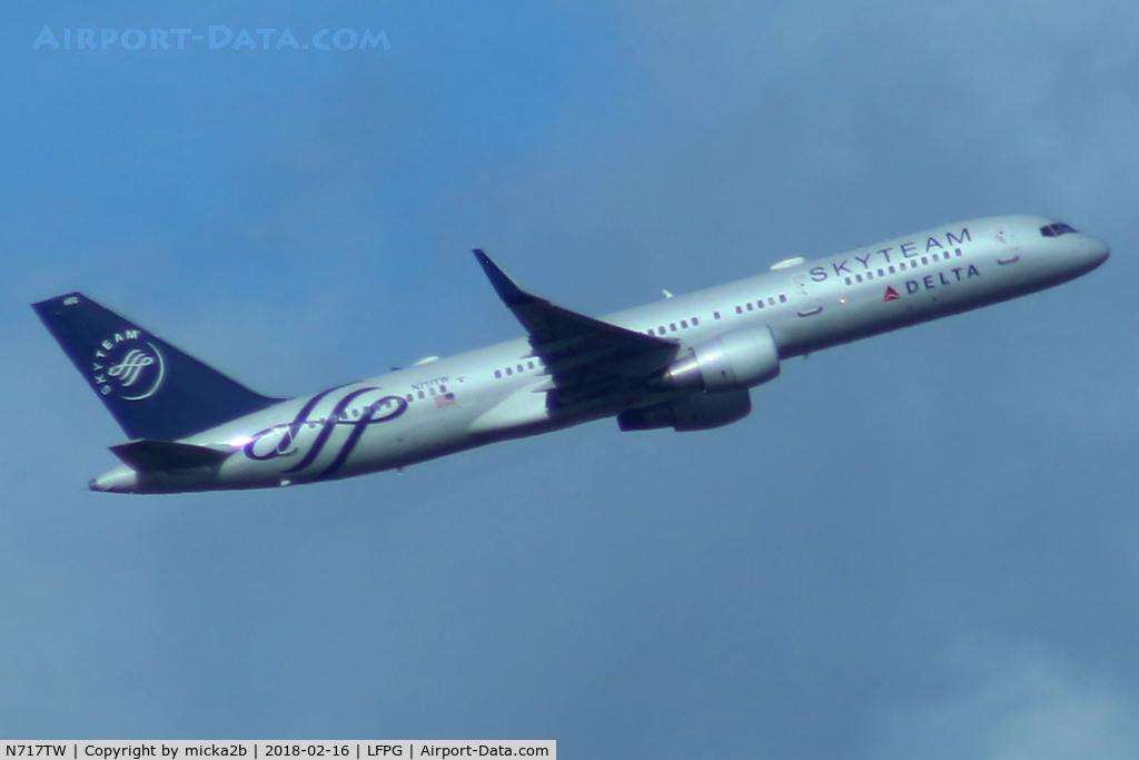 N717TW, 1999 Boeing 757-231 C/N 28485, Take off