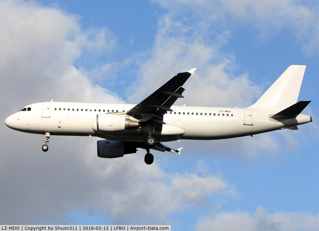 LZ-MDO, 1998 Airbus A320-214 C/N 0879, Landing rwy 32L in all white c/s