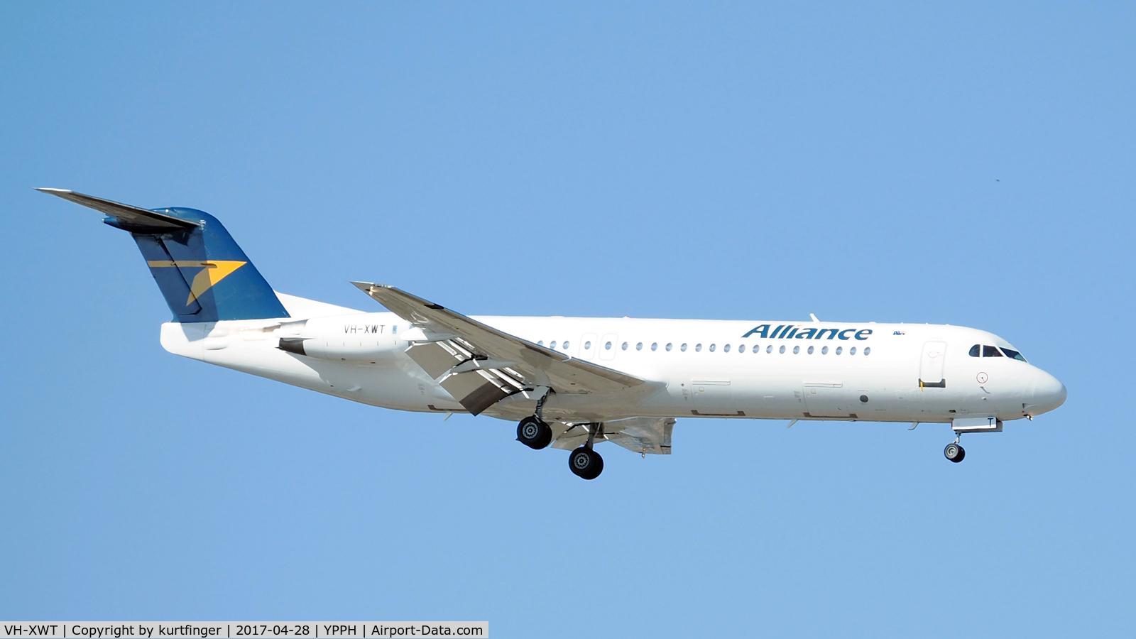 VH-XWT, 1991 Fokker 100 (F-28-0100) C/N 11338, Fokker 100. Alliance Airlines VH-XWT, final runway 21 Perth Int'l 28/04/17.