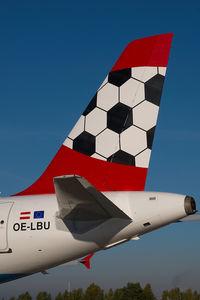 OE-LBU @ VIE - Austrian Airlines Airbus 320 in Euro 2008 colors - by Yakfreak - VAP