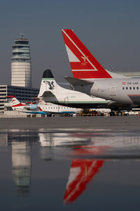 OE-LNP @ VIE - Lauda Air Boeing 737-800 - reflection