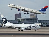 N612AS @ KLAS - Alaska Airlines / 1999 Boeing 737-790 / ...with Delta N679DL taking off.