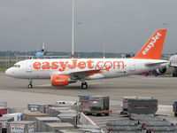 G-EZIE @ EHAM - Easy Jet heading to stand - by Robert Kearney