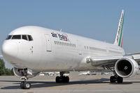 I-AIGJ @ EPKK - Air Italy