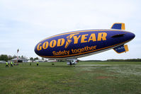 G-HLEL @ LFFQ - After landing, The members of the team maneuver to bring the blimp to the mast - by Thierry DETABLE