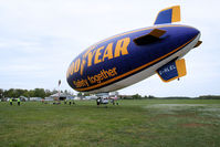 G-HLEL @ LFFQ - The members of the team maneuver to bring the blimp to the mast - by Thierry DETABLE