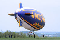G-HLEL @ LFFQ - The team on the ground, in 2 groups maintains the airship in front of wind - by Thierry DETABLE