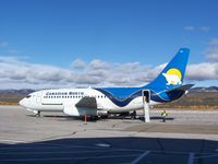 C-GSPW @ CYVQ - Canadian North 737 C-GSPW during a short stop in Norman Wells, NT, 2011 September 16 enroute to Yellowknife, NT - by Philippesdad