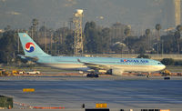 HL8212 @ KLAX - Taxiing to gate
