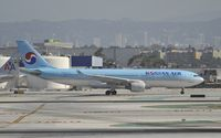 HL8211 @ KLAX - Taxiing to gate at LAX