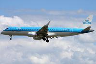 PH-EZU @ LSGG - Landing in 05
