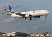 N76526 @ MIA - United 737-800