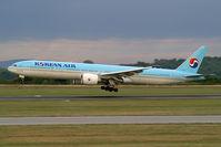 HL7784 @ VIE - Korean Air Boeing 777-300