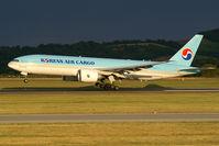 HL8252 @ VIE - Korean Air Boeing 777-200