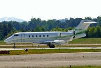 N604RF @ KPDK - Bombardier Challenger 300 [20026] Atlanta-Dekalb Peachtree~N 22/04/2010. Reverse thrusters applied.