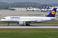 D-AIZB @ EDDM - Lufthansa A320 applying reverse trust. - by FerryPNL